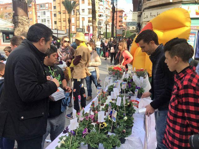 Del huerto a la plaza. Los alumnos del Colegio de Educación Especial Eusebio Martínez ofrecen las plantas que han criado en un mercadillo en la calle Mayor - 5, Foto 5