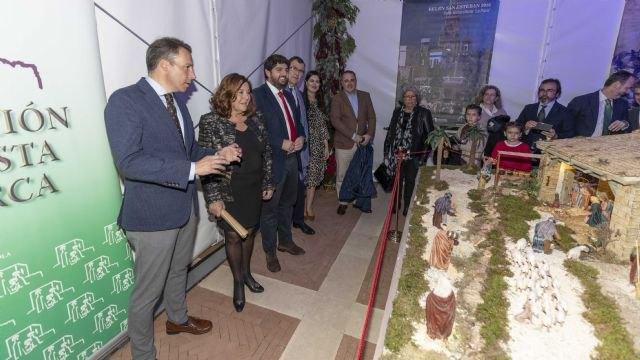 López Miras inaugura en el Palacio de San Esteban un belén tradicional realizado por la Asociación Belenista de Lorca - 1, Foto 1