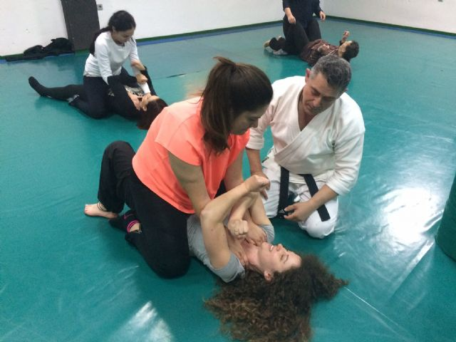 More than thirty women participate in the Women's Self Defense Workshop within the program against Gender Violence, Foto 7