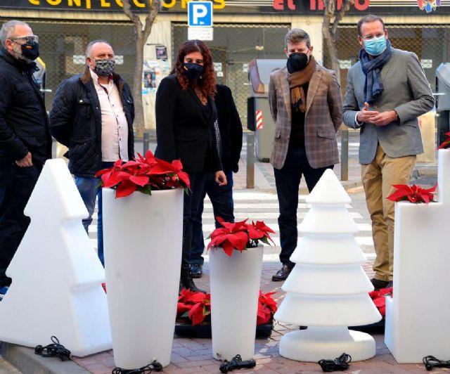 El Ayuntamiento instala adornos navideños en más de 500 comercios - 1, Foto 1