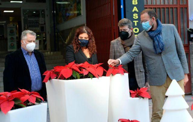 El Ayuntamiento instala adornos navideños en más de 500 comercios - 3, Foto 3