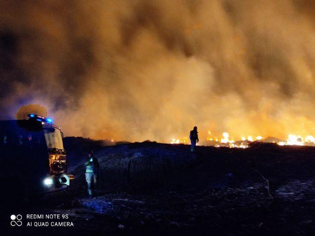El incendio que se produjo la pasada noche junto al Centro de Residuos ha quedado controlado esta mañana - 1, Foto 1