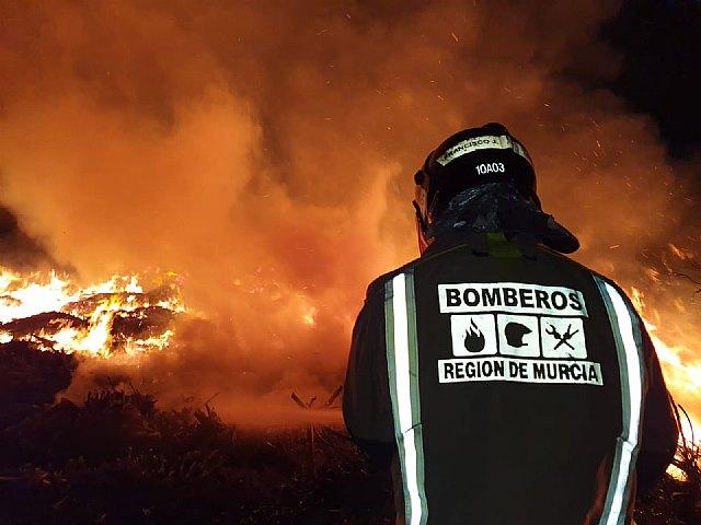 Incendio de restos vegetales en una planta de reciclado - 1, Foto 1