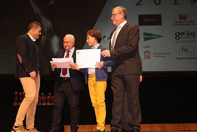 Jaime Cánovas Crespo, alumno del CEIP Santiago de Totana, recibe el primer premio por su trabajo en la gala del Deporte Murciano 2019, Foto 2