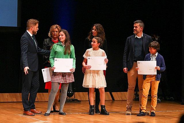 Jaime Cánovas Crespo, alumno del CEIP Santiago de Totana, recibe el primer premio por su trabajo en la gala del Deporte Murciano 2019, Foto 5