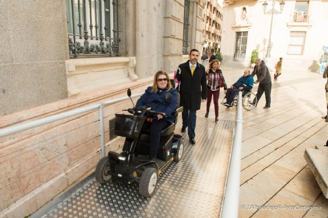 El Palacio Consistorial ya cuenta con una rampa desmontable para facilitar el acceso a personas con discapacidad - 1, Foto 1