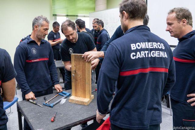 Los Bomberos de Cartagena reciben formación para abrir puertas en casos de emergencia - 1, Foto 1