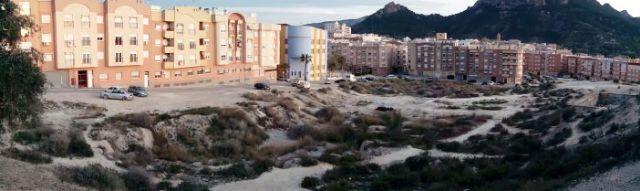 El Ayuntamiento de Cieza limpia la zona de las balsas tras los últimos botellones de Semana Santa - 1, Foto 1