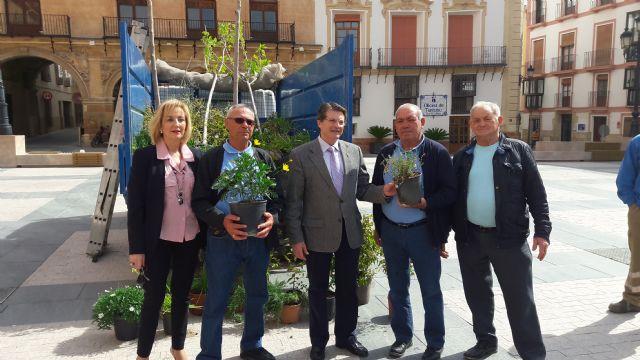 El Ayuntamiento entrega a los vecinos de La Viña y La Torrecilla diversos ejemplares de arbustos y árboles para conmemorar el domingo el Día del Árbol - 1, Foto 1