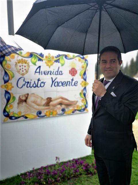 Ni la lluvia privó hoy el descubrimiento de las placas que dan nombre a la avenida Cristo Yacente en Alcantarilla - 1, Foto 1