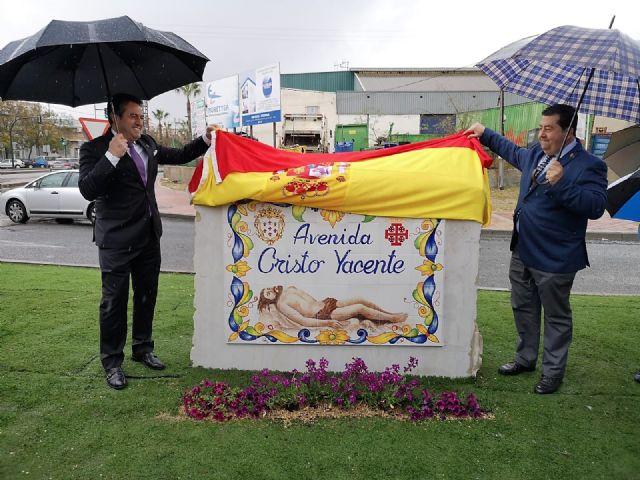 Ni la lluvia privó hoy el descubrimiento de las placas que dan nombre a la avenida Cristo Yacente en Alcantarilla - 3, Foto 3