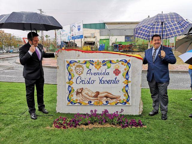 Ni la lluvia privó hoy el descubrimiento de las placas que dan nombre a la avenida Cristo Yacente en Alcantarilla - 4, Foto 4
