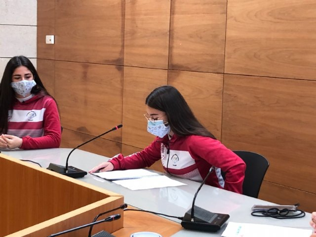 El alumnado del Colegio Reina Sofía presenta a las autoridades locales el Proyecto #Merezcounacalle, Foto 2
