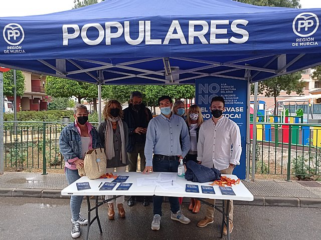 José Marín (4º izq.) junto a simpatizantes del PP de Alquerías, Foto 5
