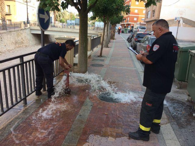 Voluntarios de Protección Civil realizan una revisión técnica a los más de 150 hidrantes distribuidos por el casco urbano y el polígono industrial