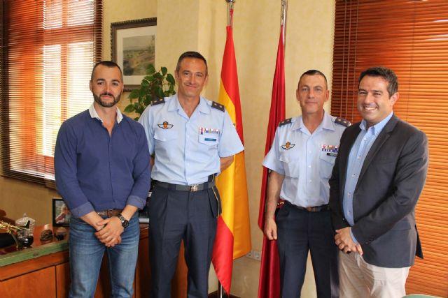 El alcalde recibe en su despedida como Jefe del Escuadrón de Zapadores Paracaidistas del Ejército del Aire, al Teniente Coronel González, y ha presentado a su relevo el Teniente Coronel Casas - 1, Foto 1