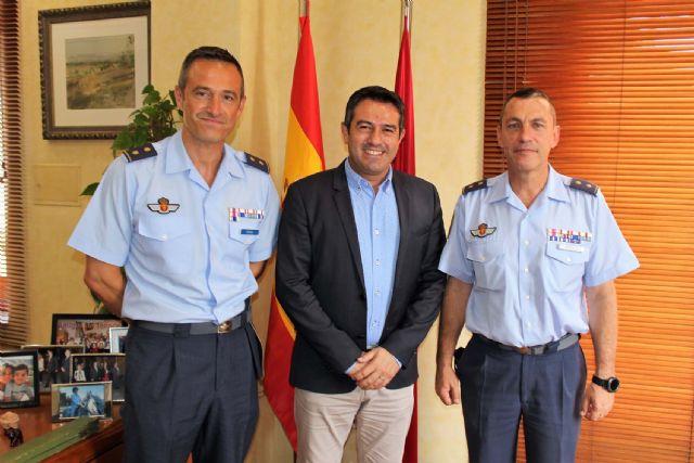 El alcalde recibe en su despedida como Jefe del Escuadrón de Zapadores Paracaidistas del Ejército del Aire, al Teniente Coronel González, y ha presentado a su relevo el Teniente Coronel Casas - 2, Foto 2