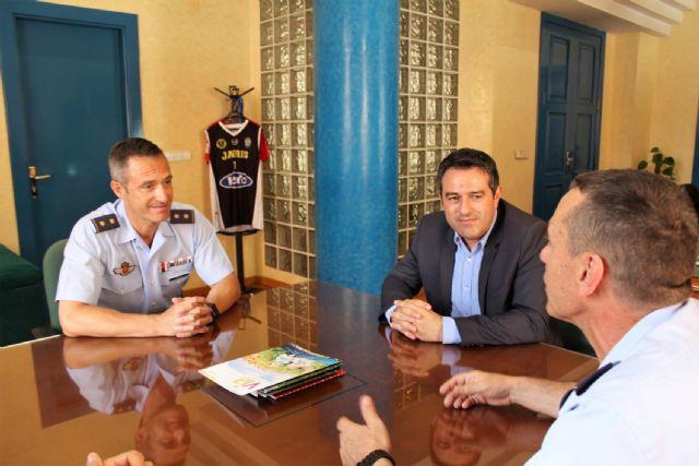 El alcalde recibe en su despedida como Jefe del Escuadrón de Zapadores Paracaidistas del Ejército del Aire, al Teniente Coronel González, y ha presentado a su relevo el Teniente Coronel Casas - 3, Foto 3