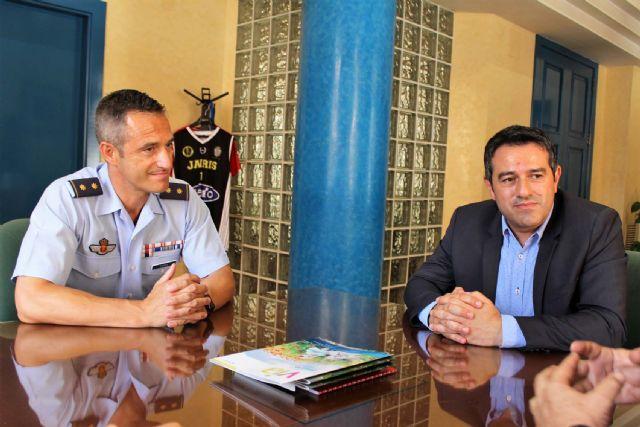 El alcalde recibe en su despedida como Jefe del Escuadrón de Zapadores Paracaidistas del Ejército del Aire, al Teniente Coronel González, y ha presentado a su relevo el Teniente Coronel Casas - 4, Foto 4