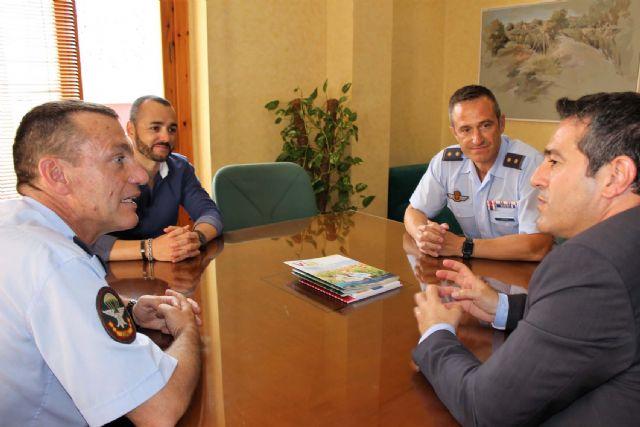 El alcalde recibe en su despedida como Jefe del Escuadrón de Zapadores Paracaidistas del Ejército del Aire, al Teniente Coronel González, y ha presentado a su relevo el Teniente Coronel Casas - 5, Foto 5