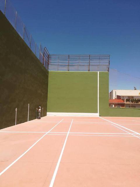 Mejoras en las instalaciones deportivas al restaurarse la pista de frontón y la próxima reparación del muro del polideportivo - 1, Foto 1