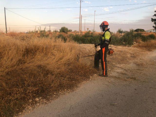 El Ayuntamiento está realizando un plan de choque de limpieza y desbroce en caminos, viales y carreteras del casco urbano y pedanías - 3, Foto 3