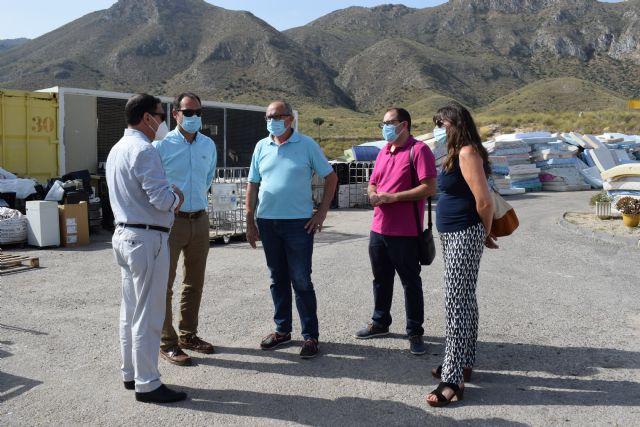 El alcalde se reúne con el gerente del consorcio de residuos sólidos urbanos y visitan el eco parque de Mazarrón - 2, Foto 2