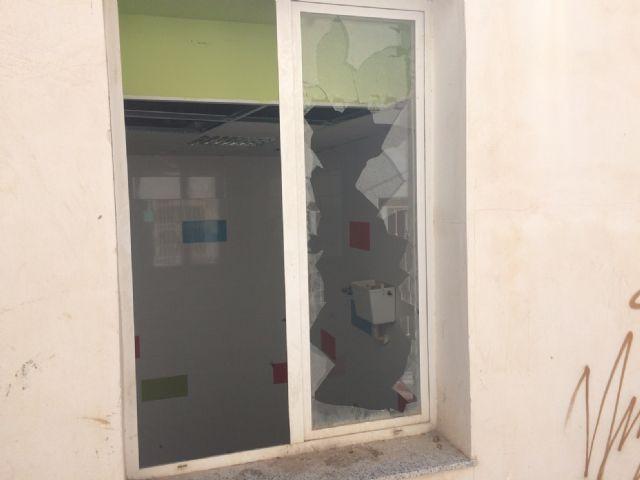El PSOE denuncia el estado de abandono en el que se encuentra el local de la Asociación ASPROSOCU - 2, Foto 2