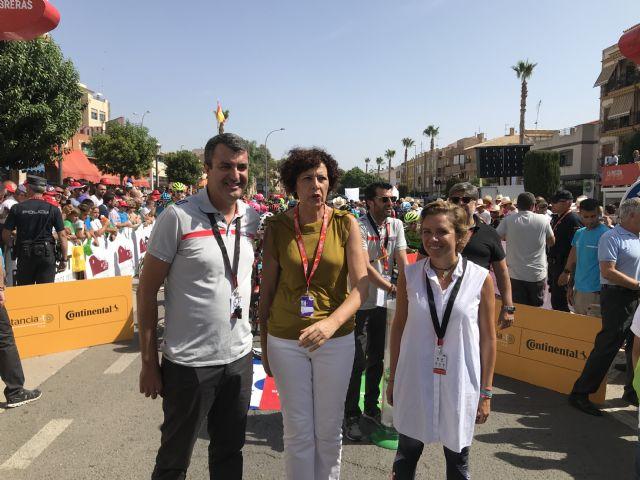 La consejera Adela Martínez-Cachá asiste a la salida de la séptima etapa de La Vuelta Ciclista a España en Puerto Lumbreras - 1, Foto 1