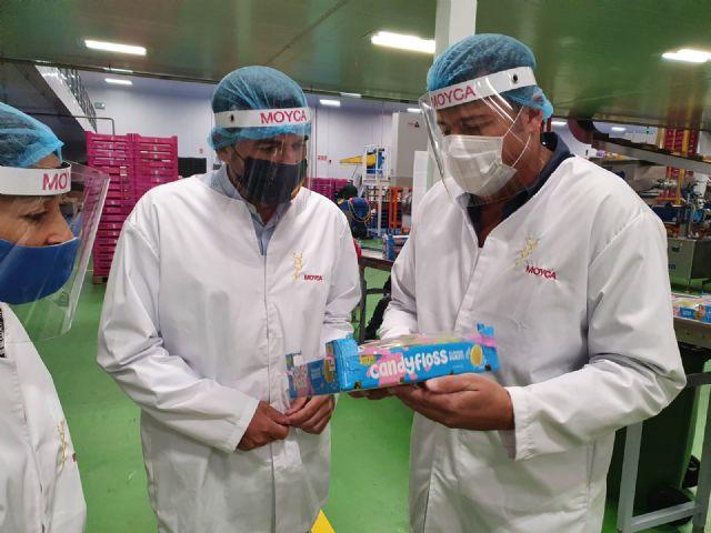 El consejero visita las instalaciones de Moyca, empresa especializada en uva de mesa sin semillas