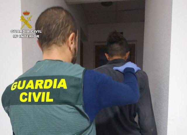 La Guardia Civil arresta a un joven por amenazar de muerte en dos ocasiones a vecinos de Puerto de Mazarrón, Foto 1