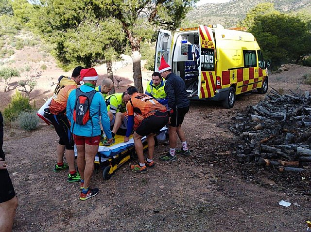 Environmental agent and health workers go to Sierra Espuña to care for a hiker