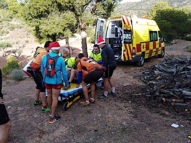 Agente medioambiental y sanitarios se dirigen a Sierra Espuña para atender a un senderista, Foto 1