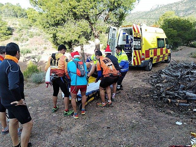 Agente medioambiental y sanitarios se dirigen a Sierra Espuña para atender a un senderista, Foto 3