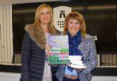La 'Fundación Carmen Montero Medina' dona libros a la AECC torreña