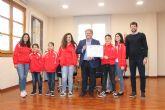 El Alcalde recibe a la Escuela de Canoa Kayak Los Alcázares que ha sido recientemente premiada en la Gala de Piragüismo de la Región de Murcia