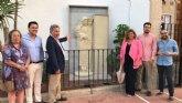 El Ayuntamiento restaura y exhibe el mausoleo original del matrimonio fundador de la Santiago de la Ribera en la fachada de la iglesia