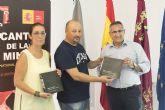 El artista Sánchez Montalbán cede a la Biblioteca Municipal los catálogos de la exposición de fotografías 'Seres Duende'
