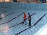 El Ayuntamiento realiza trabajos de mantenimiento en la piscina municipal cubierta para que esté a punto para la temporada deportiva