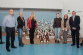 Usuarios del Centro de D�a decoran los escaparates de los comercios de Mazarr�n