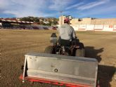 Resiembran el campo de fútbol del estadio municipal Juan Cayuela para garantizar su conservación y mantenimiento hasta el final de la temporada