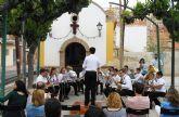 Las fiestas del barrio de La Cruz disfrutan de un concierto de la banda de música
