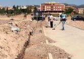 La Concejalía de Obras e Infraestructuras está construyendo una acera que facilite el acceso y garantice la seguridad de los escolares y usuarios al CEIP Luis Pérez Rueda