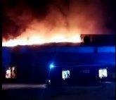 Bomberos trabajan en el incendio en una discoteca abandonada de Totana