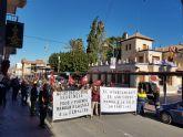 Los trabajadores de ARIMESA han realizado una ofrenda de 56 rosas por cada una de las familias afectadas por el cierre de su empresa con el que amenaza el Ayuntamiento de Santomera