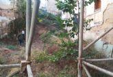 Sanidad desratiza un solar en la calle Cuatro Santos para proceder a su limpieza subsidiaria