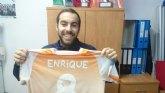 El totanero Enrique brinda su camiseta a la afición