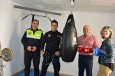 Policía Local recibe material deportivo cedido por el Club Murciano de Boxeo
