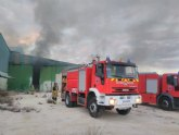 Bomberos apagan el incendio declarado en una nave abandonada en Yecla