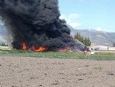 Servicios de emergencia dan por extinguido el incendio declarado en el exterior de un secadero de pimientos en Alhama de Murcia